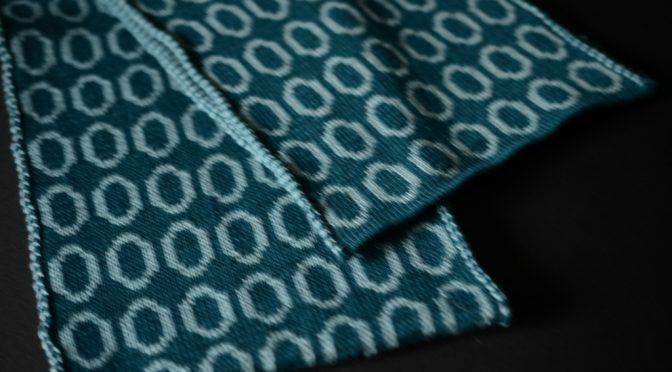 Tørklæde med cirkler i dobbelt Jacquard